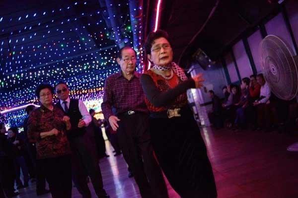 Cụ ông cụ bà ở Hàn Quốc chơi khiêu vũ ra sao?